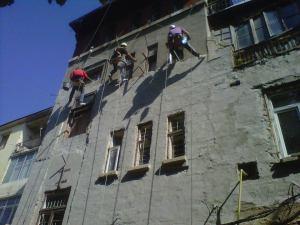 alpinism utilitar iasi, fatada cladire, reparatii fatada, alpinisti iasi