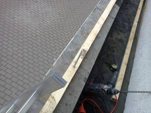 fixare grinda din lemn cu dibluti din plastic
